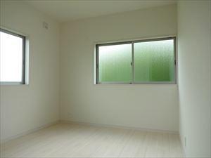 2面窓の明るい洋室。
