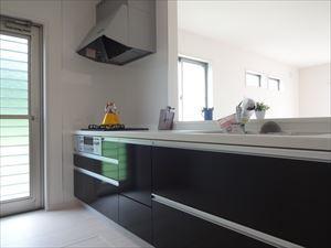 勝手口付きのキッチンはゴミ出しにも便利です。