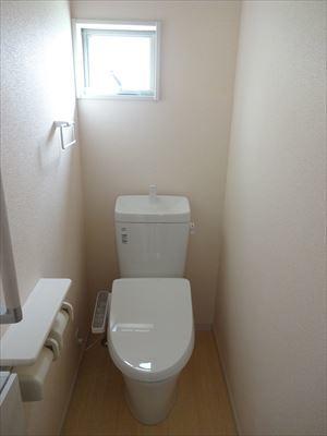 安全を配慮した手すり付のトイレです。