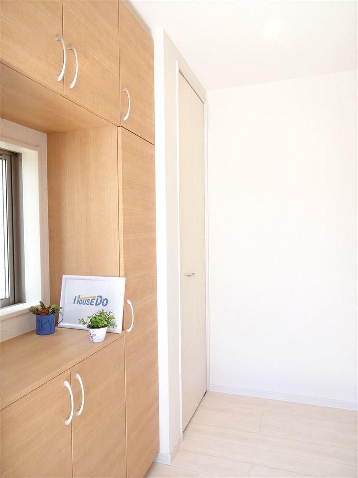 散らかりがちな玄関も収納力のあるシューズボックスは強い味方です。