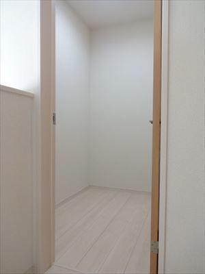 2階の納戸です。季節ものの布団や扇風機などの置き場として便利です。