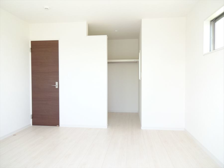 ウォークインクローゼット完備のお部屋はスッキリと片付いて過ごしやすい空間。