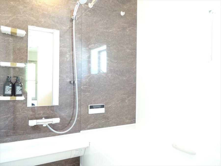 一日の疲れをゆっくりと癒せる、落ち着いた雰囲気の浴室です。