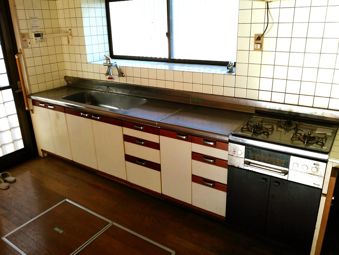 床下収納付きのキッチンです♪キッチン周りはリフォームをおススメいたします♪お見積りもお任せ下さい♪