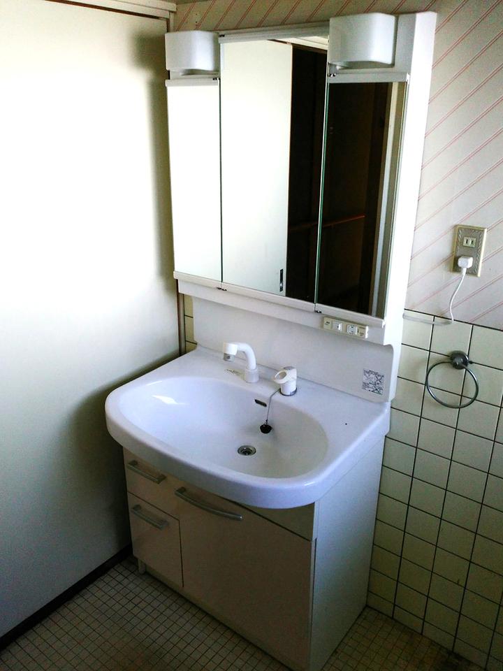 3面鏡付きの洗面化粧台です♪まだまだ使えます♪