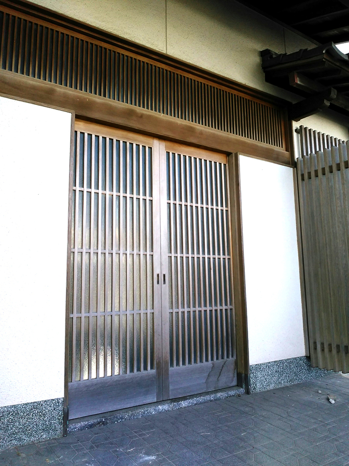 和風邸宅に相応しい引戸の玄関扉です♪重厚感と趣きがあります♪