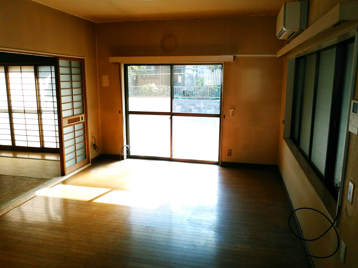 南庭に面したリビングダイニングキッチンは6帖和室と面しており、明るく広々使えますよ♪