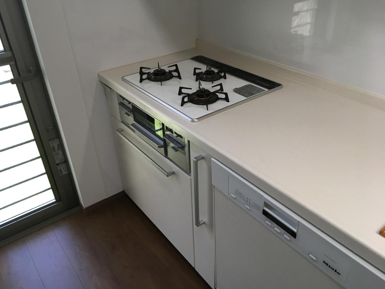 3口コンロシステムキッチンには、奥様の味方外国製食洗器つきです。またキッチンには勝手口があります