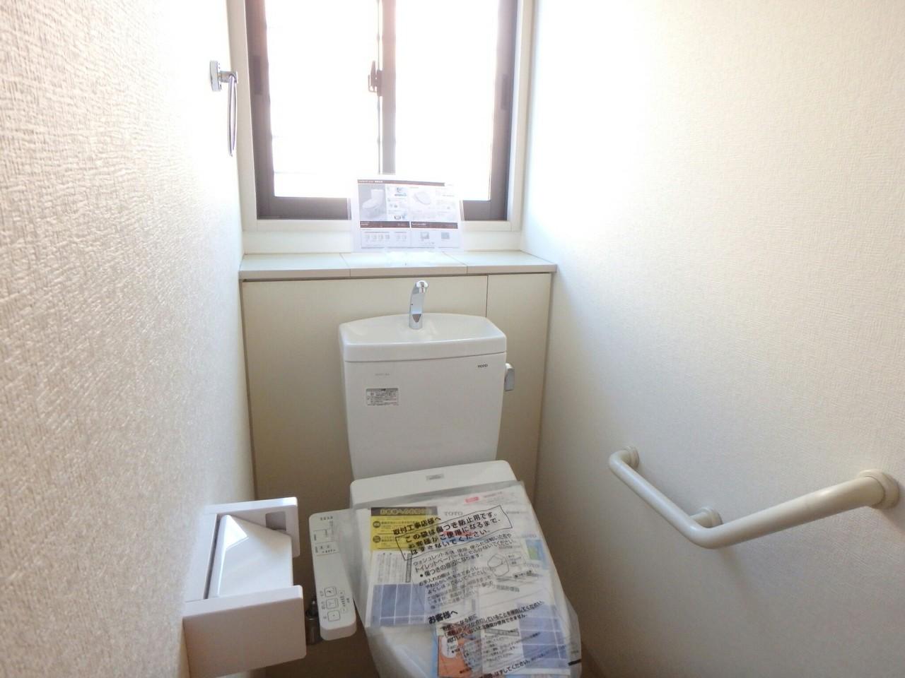 白を基調とした清潔感のあるトイレは洗浄便座機能付きです♪ 手すり付きのトイレはご年配の方の安全面に配慮されていますね。(2018年1月23日撮影)