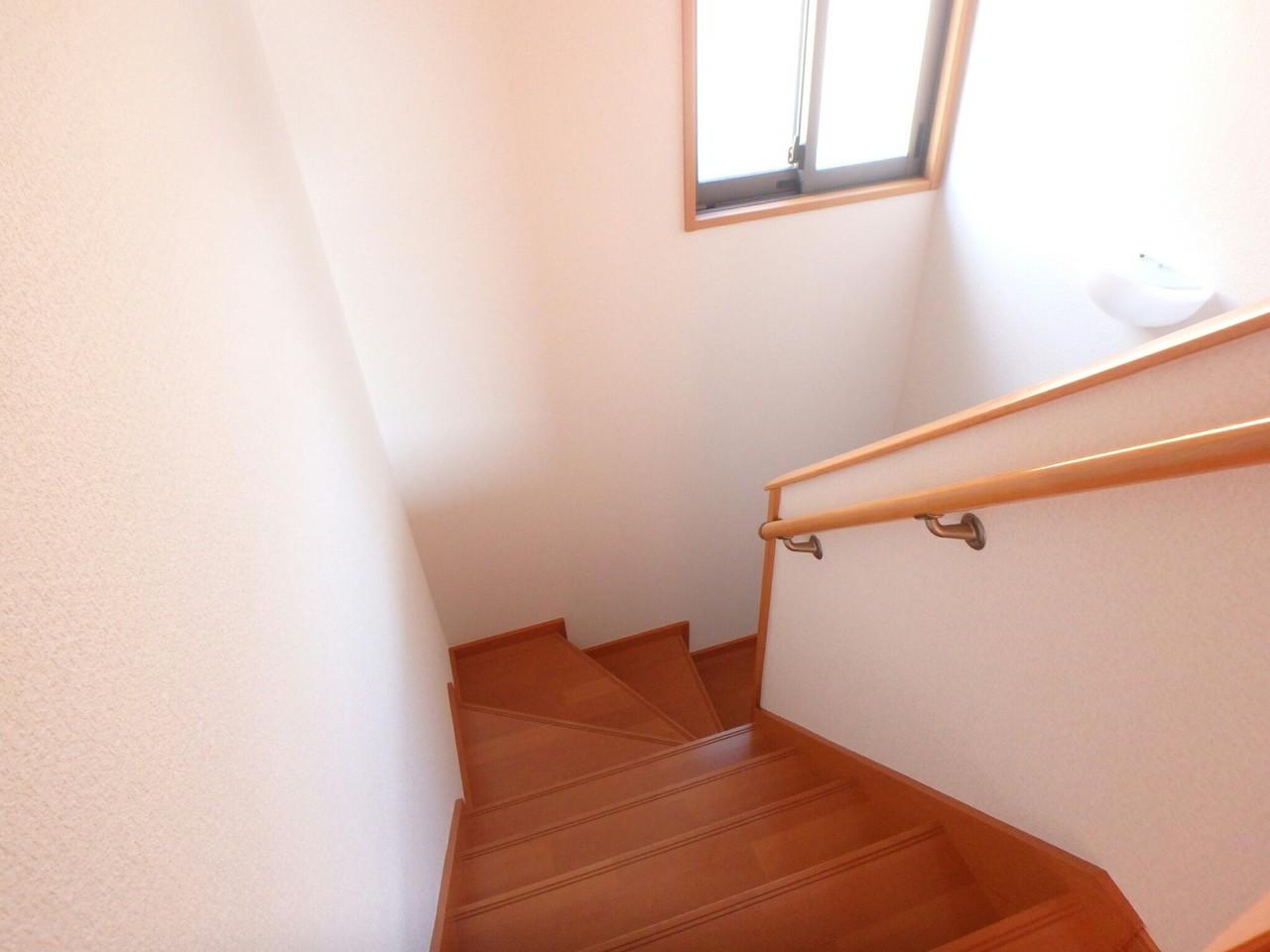 手すり付きの曲がり階段は小さいお子さんも安心ですね。 階段のライト上には小さなガラス棚がついていて小物を置くこともできますよ♪(2018年1月23日撮影)