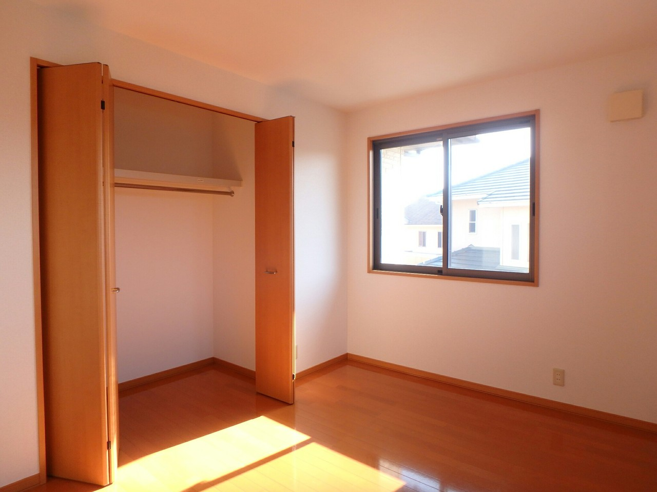 2階洋室は各部屋に収納がついています。窓の配置もとっても大きいので日当りも良好ですよ。(2018年1月23日撮影)