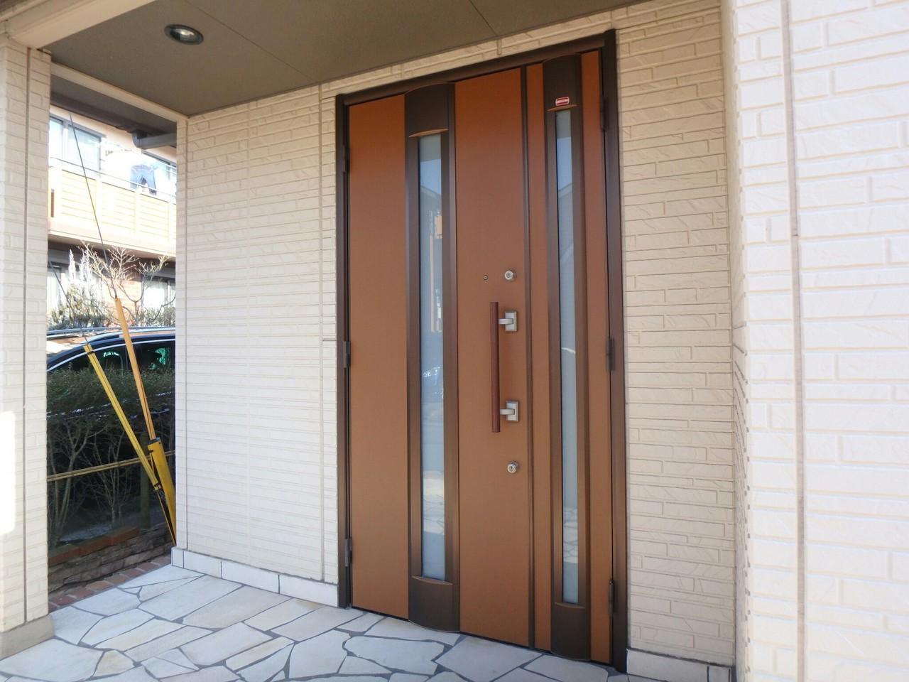 天井のついたエントランスは雨の日でも安心ですね♪ ダブルロックドアもついていて防犯面にも配慮されています。(2018年1月23日撮影)