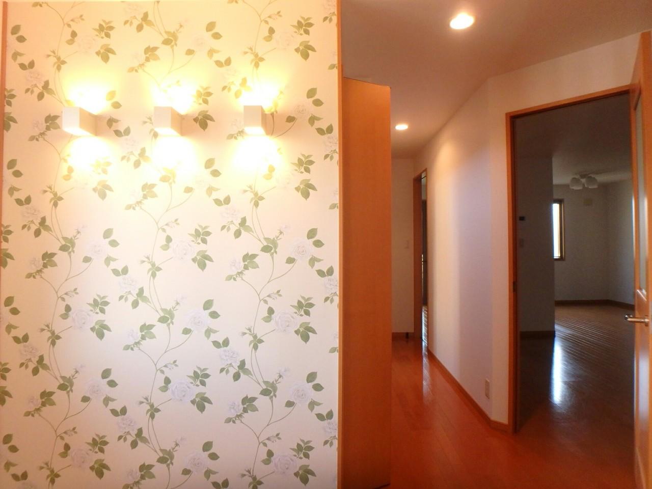 照明とクロスがお部屋をオシャレに演出していますね♪ 2017年12月全室クロス張替済です。 建具(室内ドア)なども交換済。(2018年1月23日撮影)