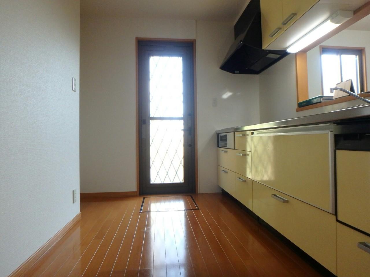 キッチンには勝手口、床下収納もついています。 忙しい主婦にはとっても有り難いですね♪(2018年1月23日撮影)