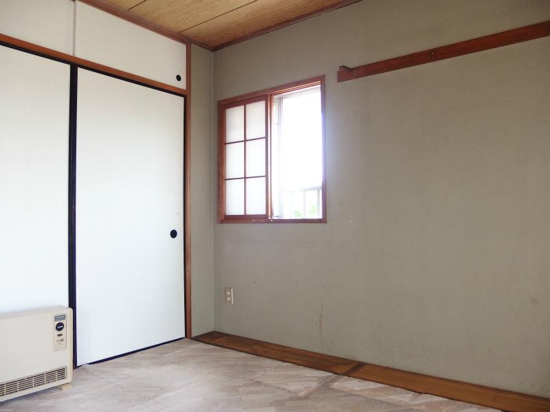 和室(約6帖) 角部屋のため窓があります。