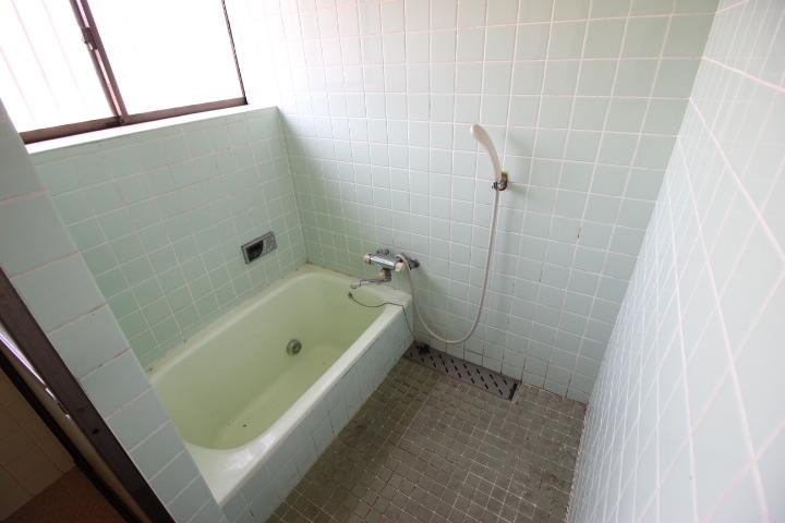 タイル調のお風呂で一日の疲れを癒してください