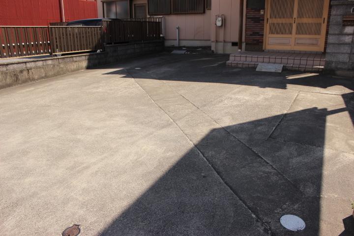 駐車場には3台駐車可能です