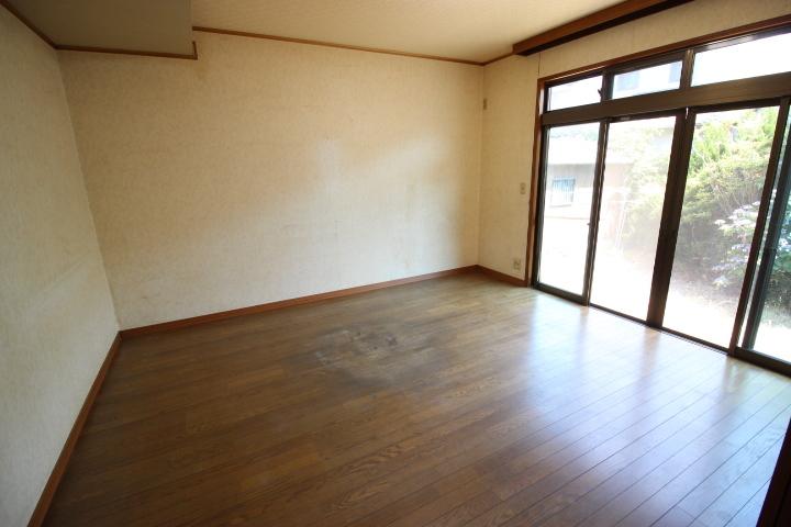 9畳のリビングはフローリングです 南側のため日当たり良好な居室です