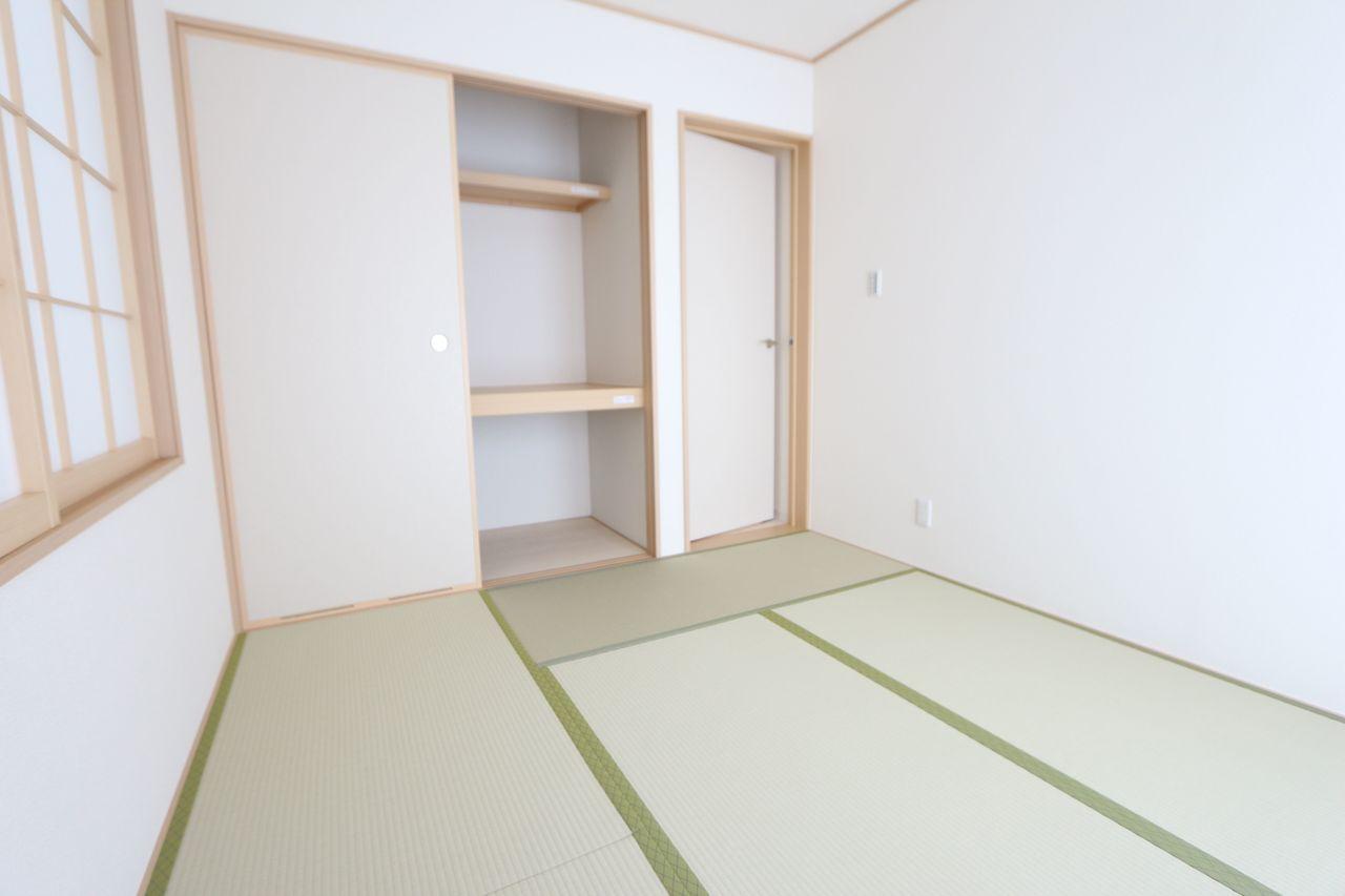 納戸表記ですが和室としてご利用頂けます。 押入れがあり、寝室や客間として役立つお部屋。