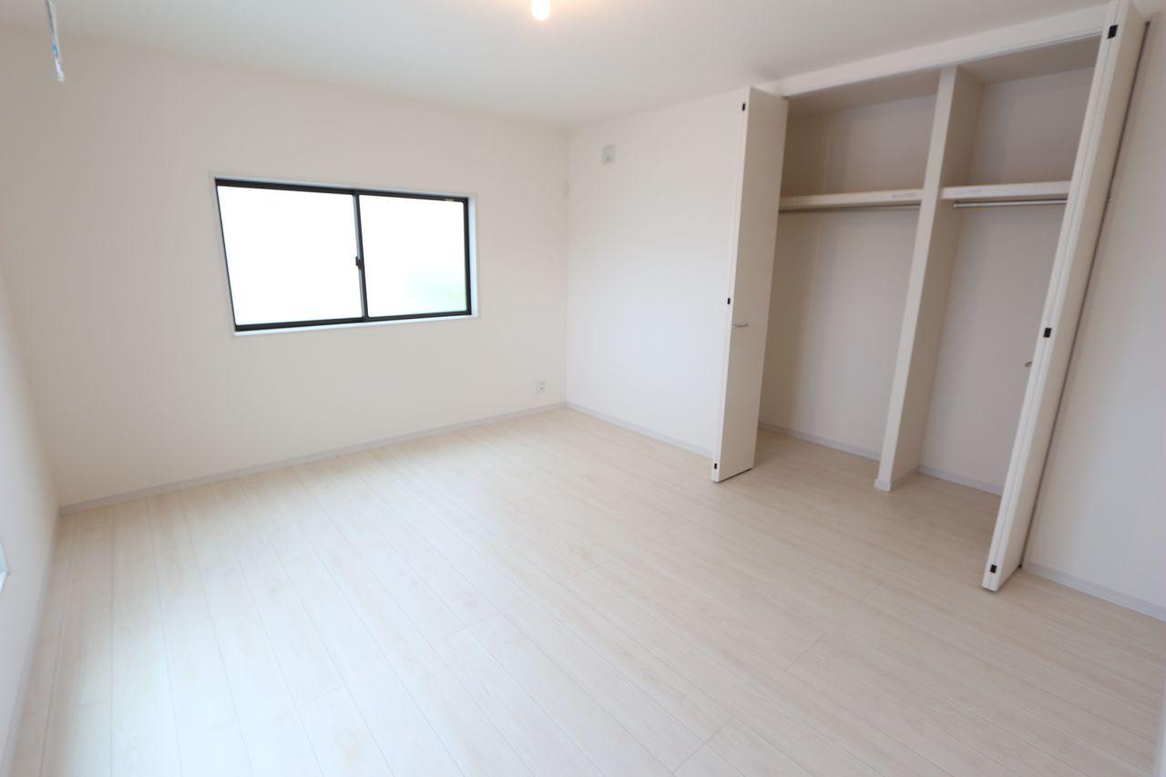 9帖和室はバルコニーに面しており、 収納スペースもたっぷり確保。 主寝室にぴったりです。