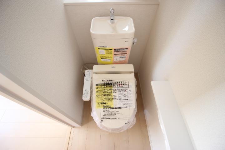 掃除用具などを収納できるトイレ収納つき