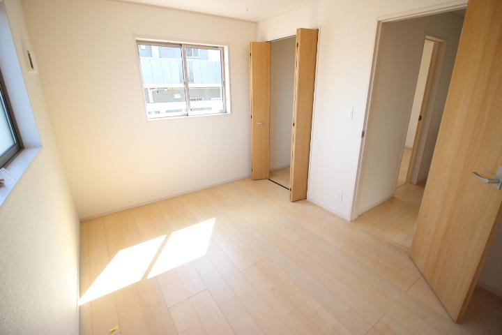 2階 6畳洋室 陽の光が差し込む明るい居室です