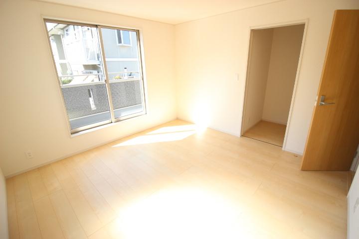 2階 8畳洋室 ウォークインクローゼットがついているので季節物の入れ替えが不要です