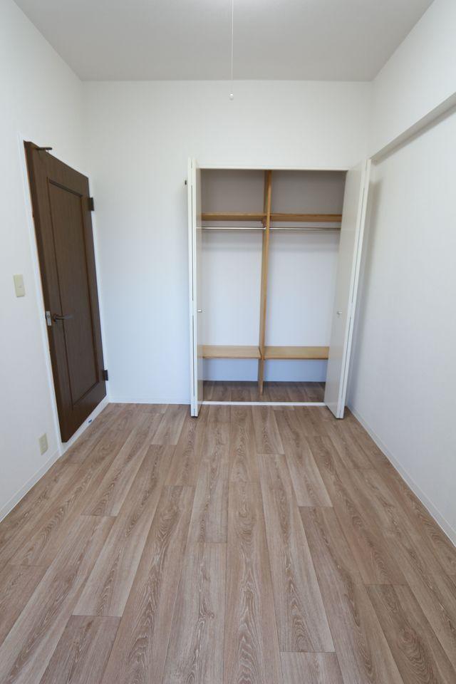洋室は収納スペースがあり、大切なお洋服も スッキリ整理して頂けます。 お子様のお部屋にいかがですか?