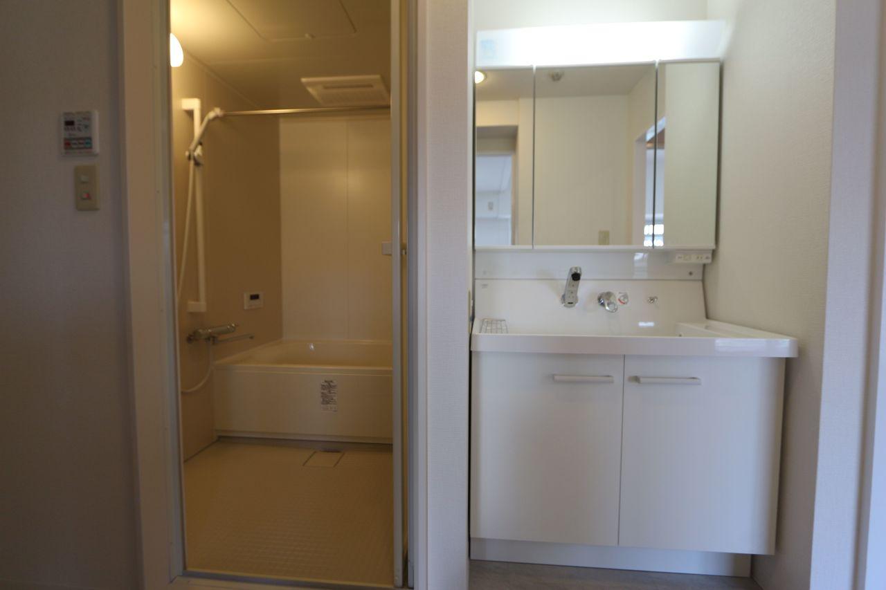 キッチンから直接出入りできる便利な配置。 洗面台はシャワー付きに新調済です。