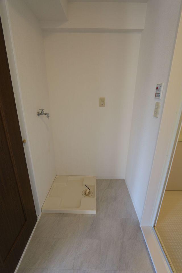 大きな洗濯機でも無理なく置いて頂けます。 キッチンから直接出入りできる便利な家事動線。