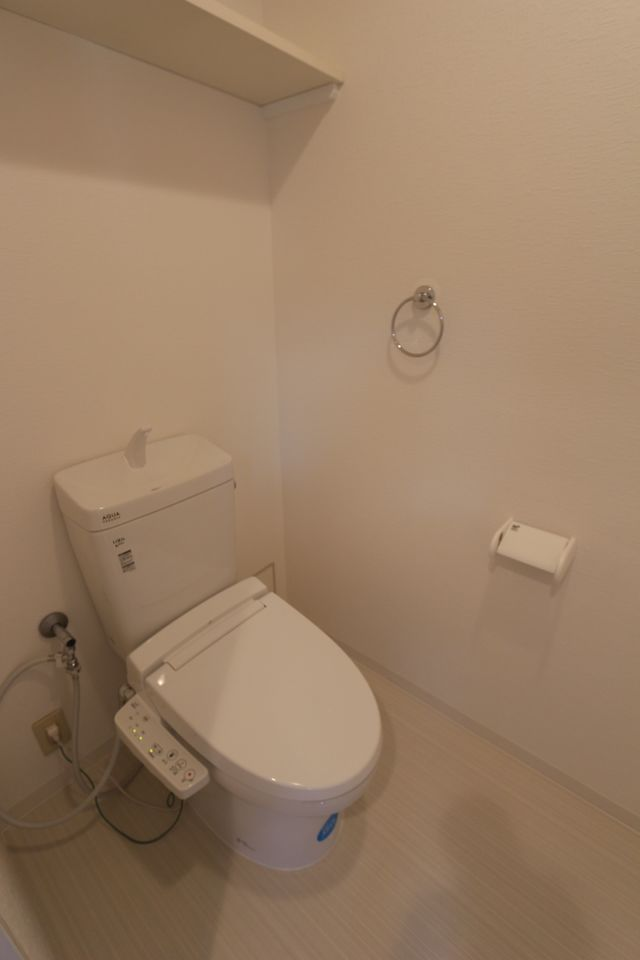 温水洗浄便座を設置。 もちろん床・壁も新しく貼替ております。