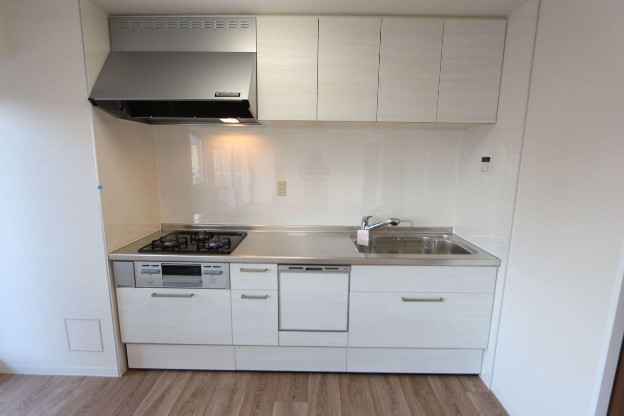 大型の引き出しと吊戸棚があり、 散らかりがちなキッチンがすっきり整理できます。
