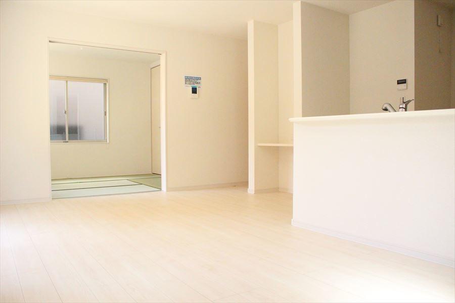 リビングには和室が隣接していますので、扉を開け放てば更に広々と感じる事ができます!お子様がお昼寝をしていても、目が届くので安心です(^^)
