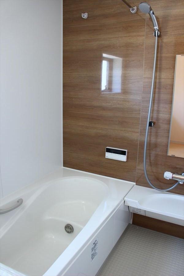 カビの発生を抑制する効果のあるドライ床を使用♪ベンチタイプのバスタブで、全身浴・半身浴・親子で向かい合って入浴・・・様々な入浴スタイルに対応したバスタブです!