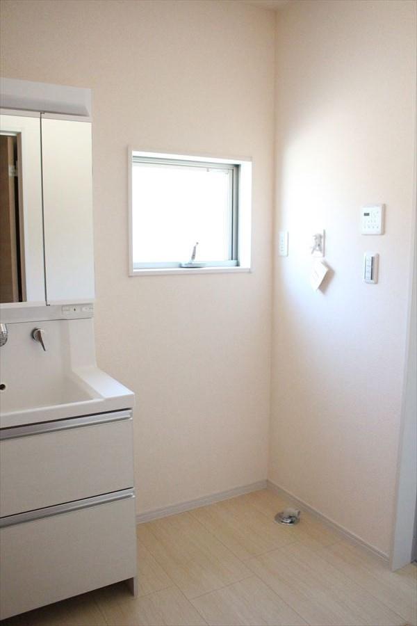 洗面所はゆったりとしたスペースになっていますので、忙しい朝も余裕を持って支度できます!