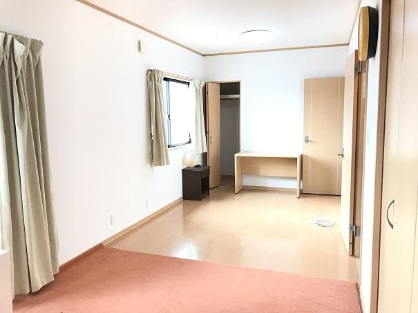 2階南側の洋室は、将来2部屋に分けることも可能!!西側の掃出し窓からバルコニーへ出ることができます。