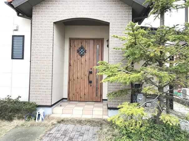 玄関は洋風の木目調ドアが印象的。ポーチには屋根があるので雨の日も鍵の開け閉めにあわてる必要はありません!!