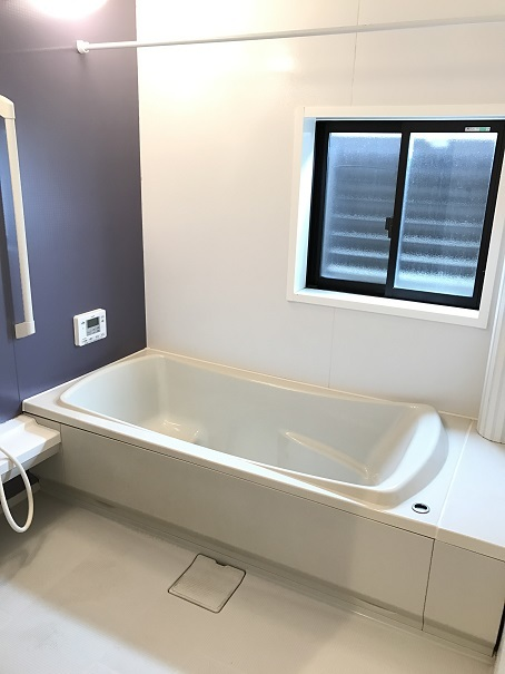 ひろびろ浴室は、半身浴タイプの浴槽でゆったり過ごせます♪追い焚き付なので時間が空いてもあたたかいお風呂に浸かれます☆