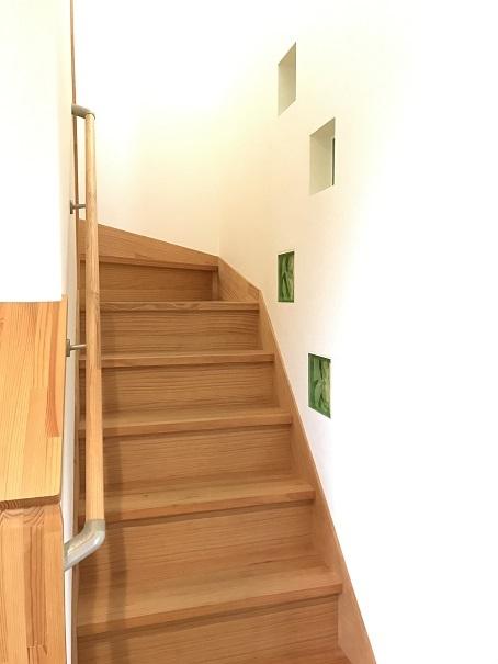 階段は手すり付きで上り下りも安心♪階段にある小窓がインテリアのアクセントになっています☆