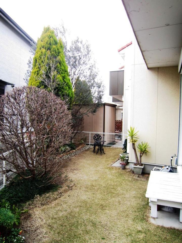 ☆庭☆ 南側にお庭がついております。 植木で隣の視線もさえぎられるので室内はゆったりくつろげます。
