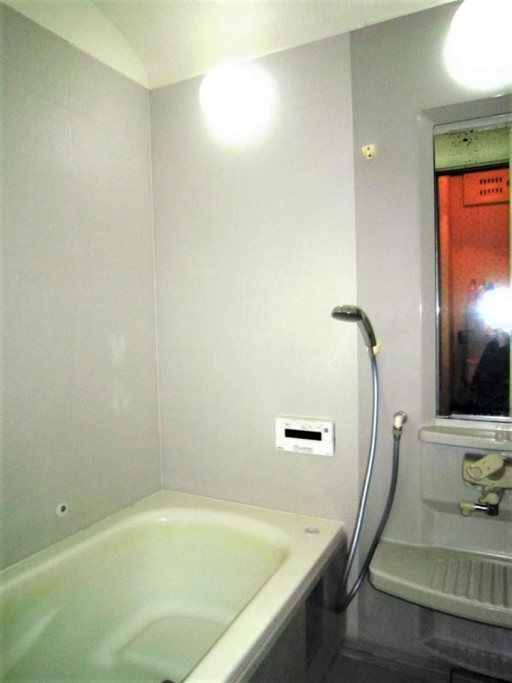 ☆浴室☆ 鏡付きです。水回りだけリフォームしたい等、リフォームのも相談も承っております。お気軽にお問い合わせください。