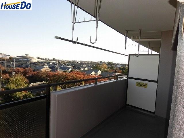 2017.10.30撮影 久喜パークタウンせせらぎ通り5階です。 明るい陽射しと爽やかな風を呼び込む南東向きバルコニー、新規リフォーム済です。
