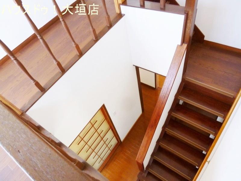 階段上がりからバルコニーへ出入り可能です。