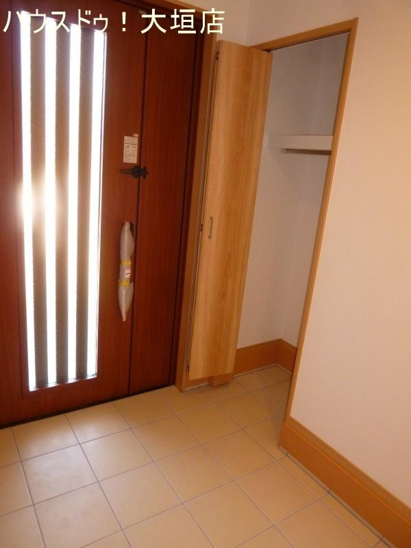 玄関横にも収納があり、外で使う物の収納に便利です。
