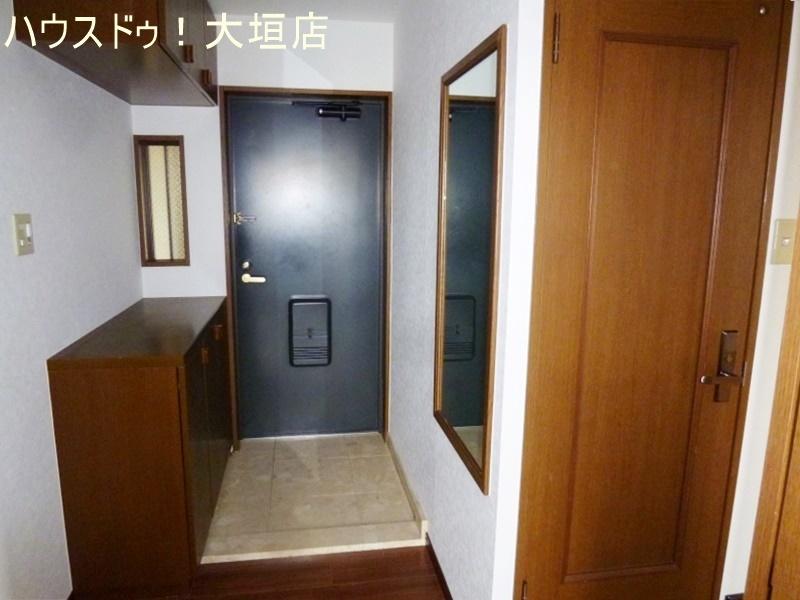 玄関には鏡もあり身支度に便利です。