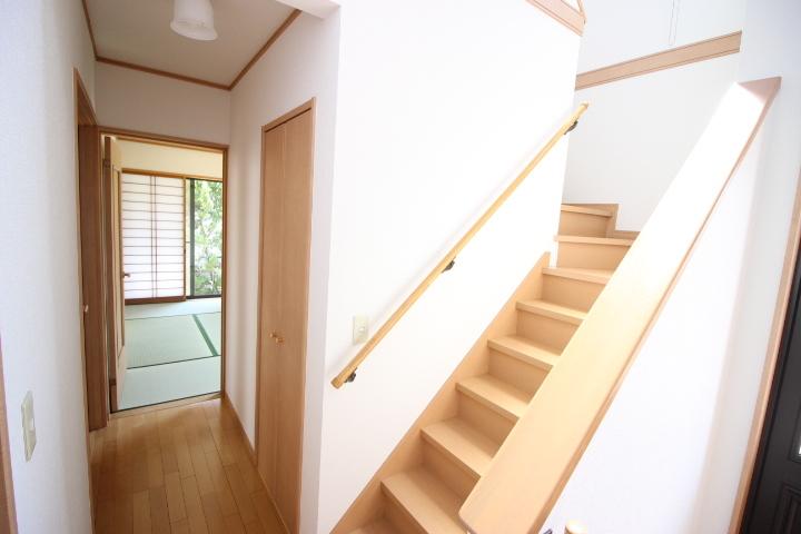 開放感のある階段 吹抜けから差し込む自然光で気分も晴れやか