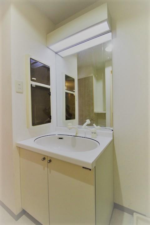 大きな鏡が魅力の洗面台