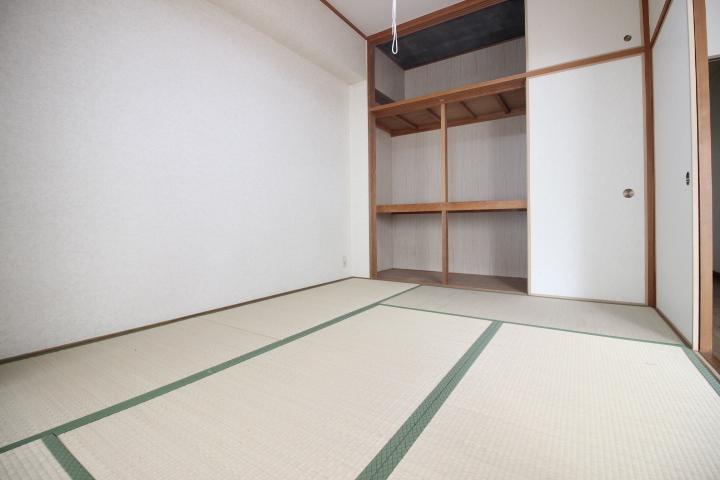 リビング隣接の和室。広々とお使い頂けます。