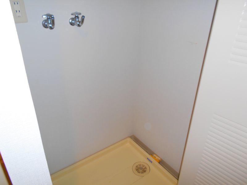 千歳市文京の中古マンションです。 洗濯機スペースには防水パンがあります。