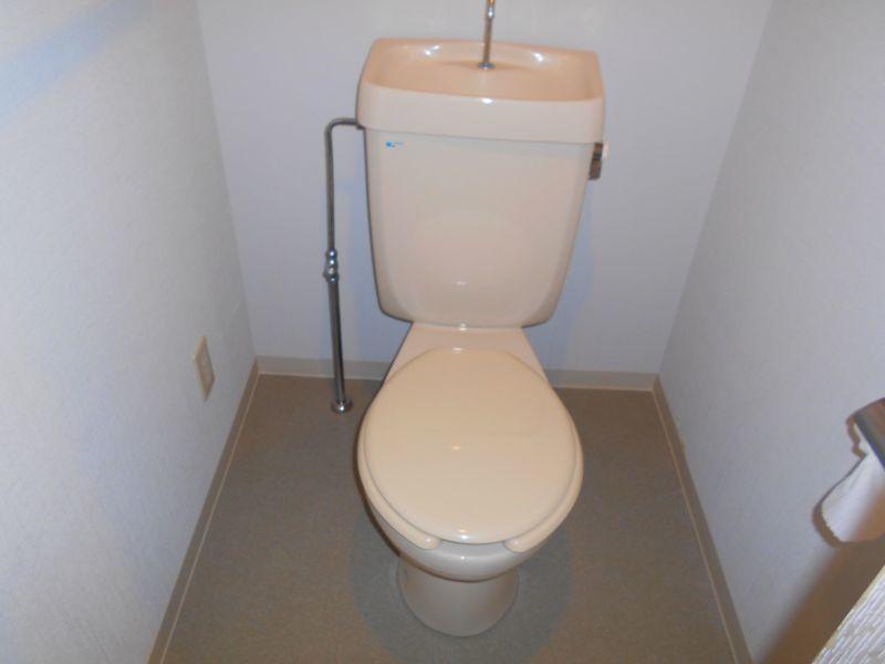 千歳市文京の中古マンションです。 トイレです。